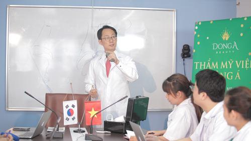 Dr. Park đang chuyển giao công nghệ thẩm mỹ nâng mũi cho TMV Đông Á