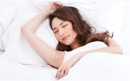 chú ý tư thế ngủ sau nâng mũi