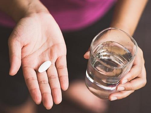 uống thuốc giảm đau sau nâng mũi